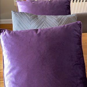 Decorative pillows.